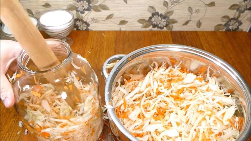 Время приготовления вкусной закуски: сколько квасится капуста при комнатной температуре и как определить готовность